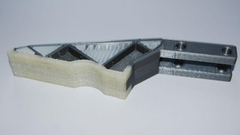 Robotergreifer mit Gummi-Greiffläche, High-Impact Struktur und Multec Smart Support als Stützmaterial